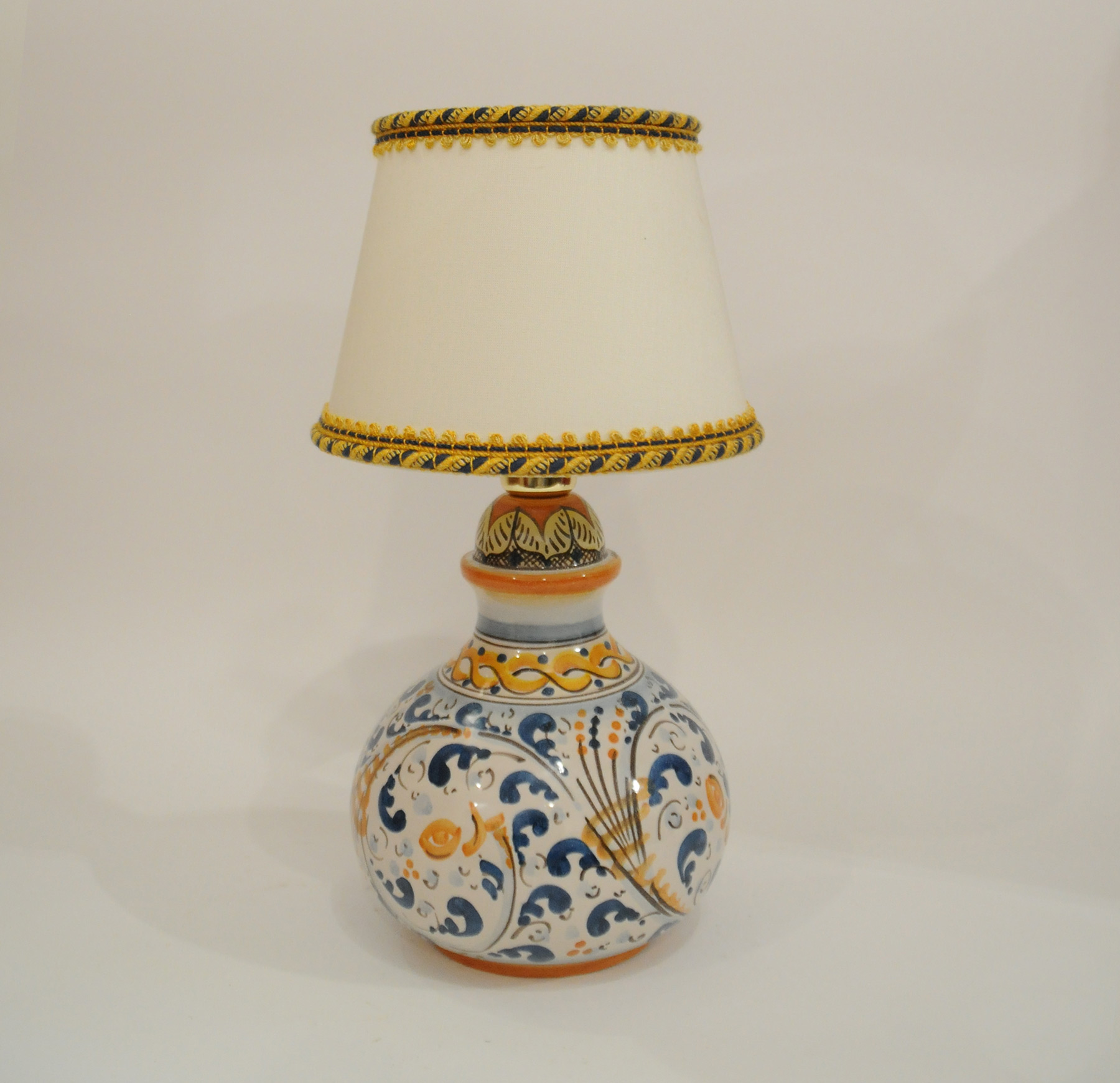 Lampadario Ceramica Di Caltagirone.Lampada Con Paralume Ceramica Di Caltagirone Decoro Blu Bianco E